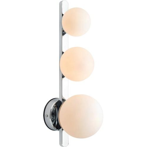 Stylowy Kinkiet łazienkowy szklane kule Puro biało-chromowany Markslojd obok lustra