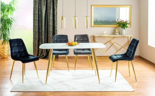 Aranżacja czarnych krzeseł na złotych nogach
