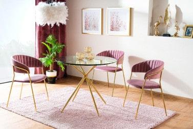 Krzesło na złotych nogach w jadalni