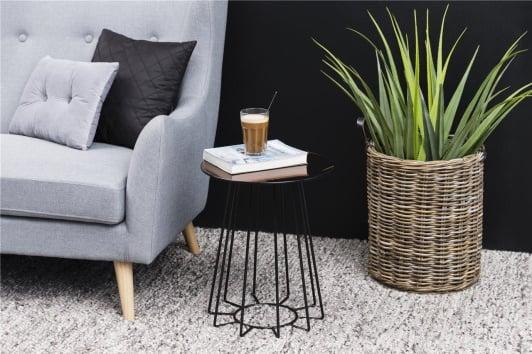 Brązowy stolik boczny ze szklanym okrągłym blatem i czarną podstawą Casia 40 Actona