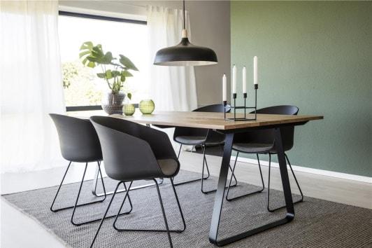 Designerskie czarne krzesło fotelowe z podłokietnikami i poduszką Moon Actona