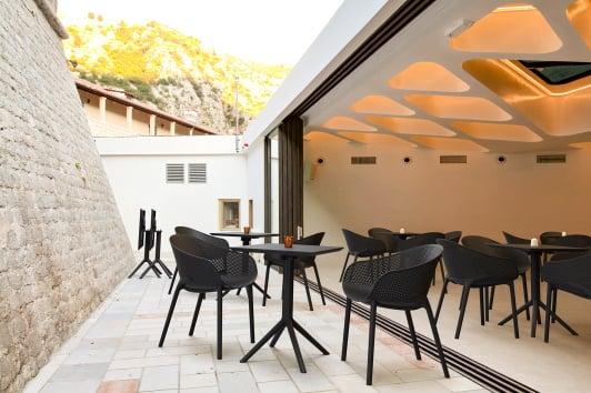 Stylowe czarne krzesło ogrodowe z ażurowym siedziskiem i podłokietnikami Sky Siesta