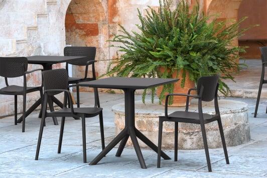 Czarne krzesło ogrodowe z podłokietnikami i ażurowym oparciem Loft Siesta