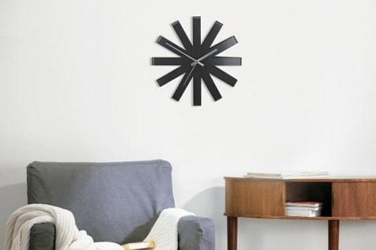 Czarny ścienny zegar dekoracyjny Ribbon Umbra