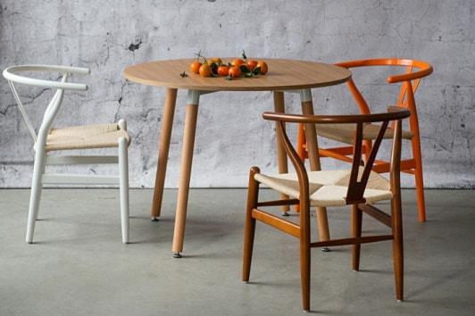 Skandynawskie białe krzesło drewniane z plecionym siedziskiem Wicker