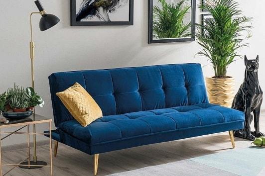 Granatowa pikowana sofa welurowa na złotych nogach Moritz Signal