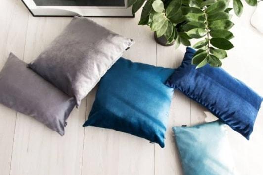 Kolorowe poduszki welurowe dekoracyjne do salonu