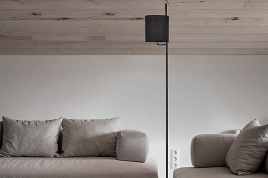 Stylowa czarna lampa podłogowa z abażurem Manaya