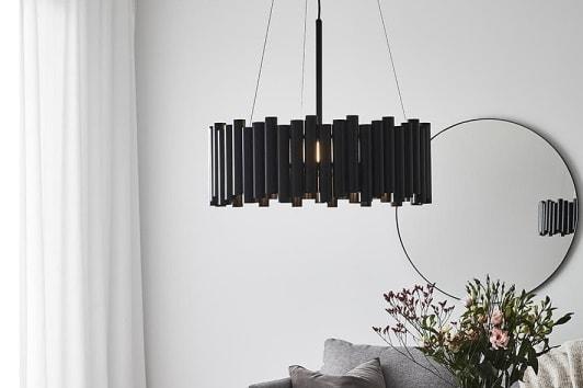 Czarna lampa wisząca Level o okrągłym kształcie do salonu Markslojd.