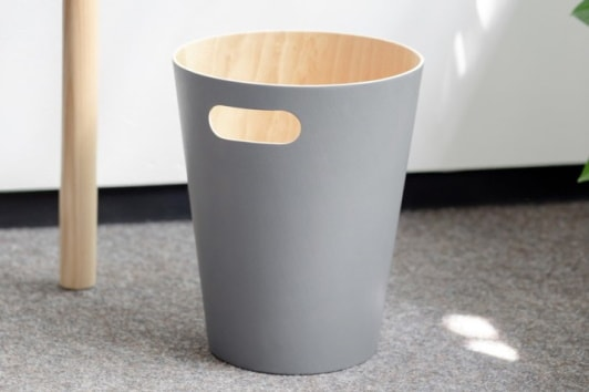 Szary kosz biurowy na śmieci Woodrow Umbra