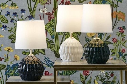 Zielona lampa stołowa ceramiczna z białym abażurem Lora Markslojd